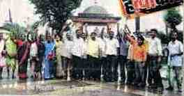 Pic 01 Activists in front of Mahad Lake
