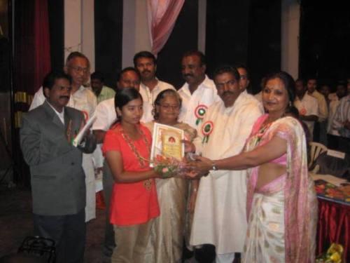 Pic 01 Bagyashri accepting Nitin Dongre Schorlaship from Krishnakumari Choudhary, Addnl Sec GOI